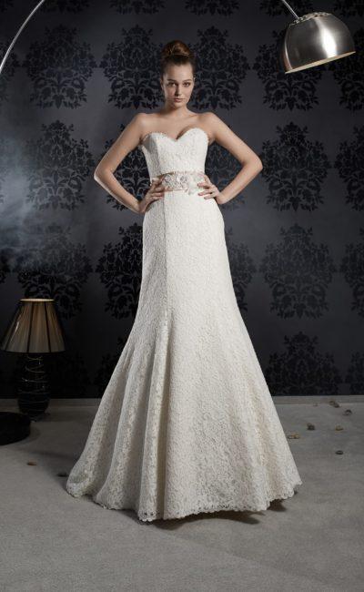 Утонченное свадебное платье «русалка», декорированное кружевом, с широким атласным поясом.