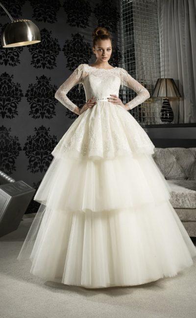 Восхитительное свадебное платье с пышной многоярусной юбкой с завышенной талией.