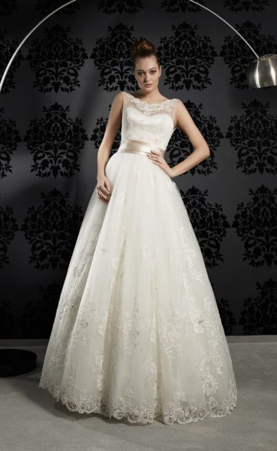 Закрытое свадебное платье с изящным округлым вырезом и широким поясом из атласа на талии.