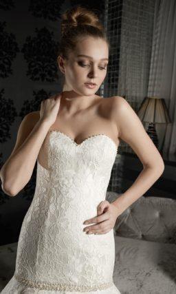 Кружевное свадебное платье «рыбка» с лифом в форме сердца и подчеркнуто пышным низом подола.