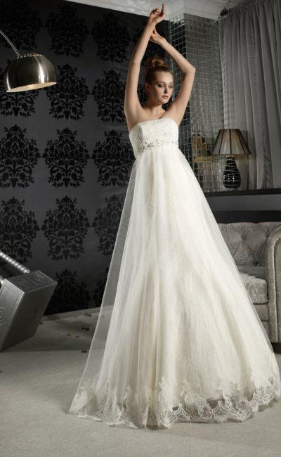 Оригинальное свадебное платье с завышенной линией талии, выделенной бисерным поясом.
