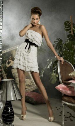 Короткое свадебное платье с декором из оборок и узким черным поясом.