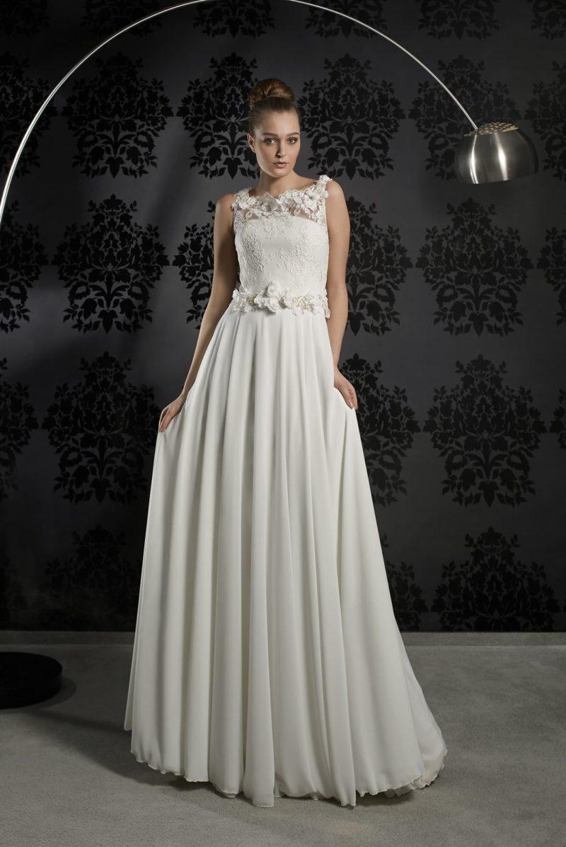 Прямое свадебное платье с открытой спинкой и объемным декором по лифу и на линии талии.