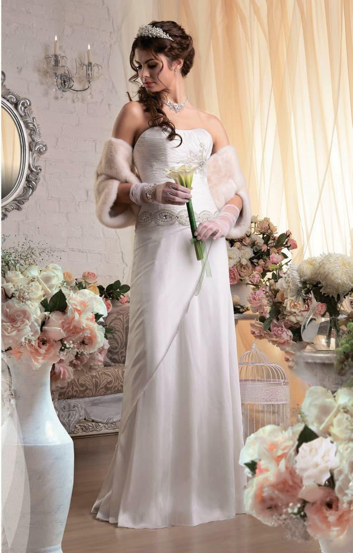 Открытое свадебное платье прямого кроя с декором из драпировок и бисерной вышивки.