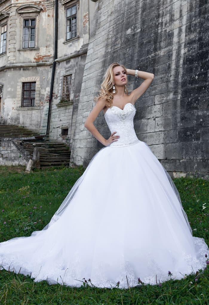 Шикарное свадебное платье с невероятной юбкой с длинным шлейфом и открытым корсетом.