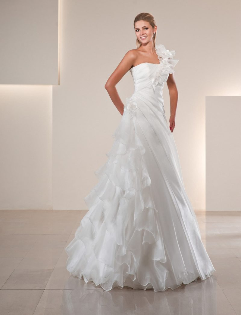 Свадебное платье «трапеция», декорированное легкими шифоновыми оборками по юбке.
