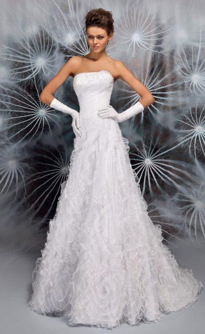 Нежное свадебное плате с лаконичным открытым лифом и объемной отделкой подола.