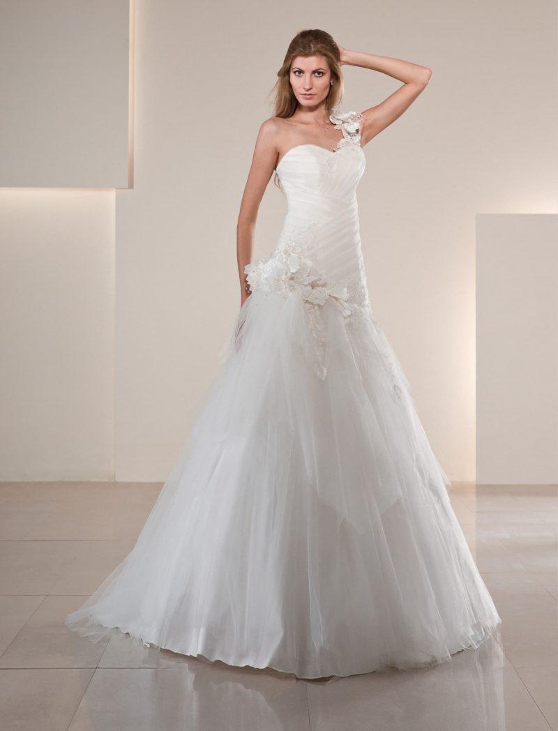 Пышное свадебное платье с заниженной талией, открытым лифом и широкой бретелью.