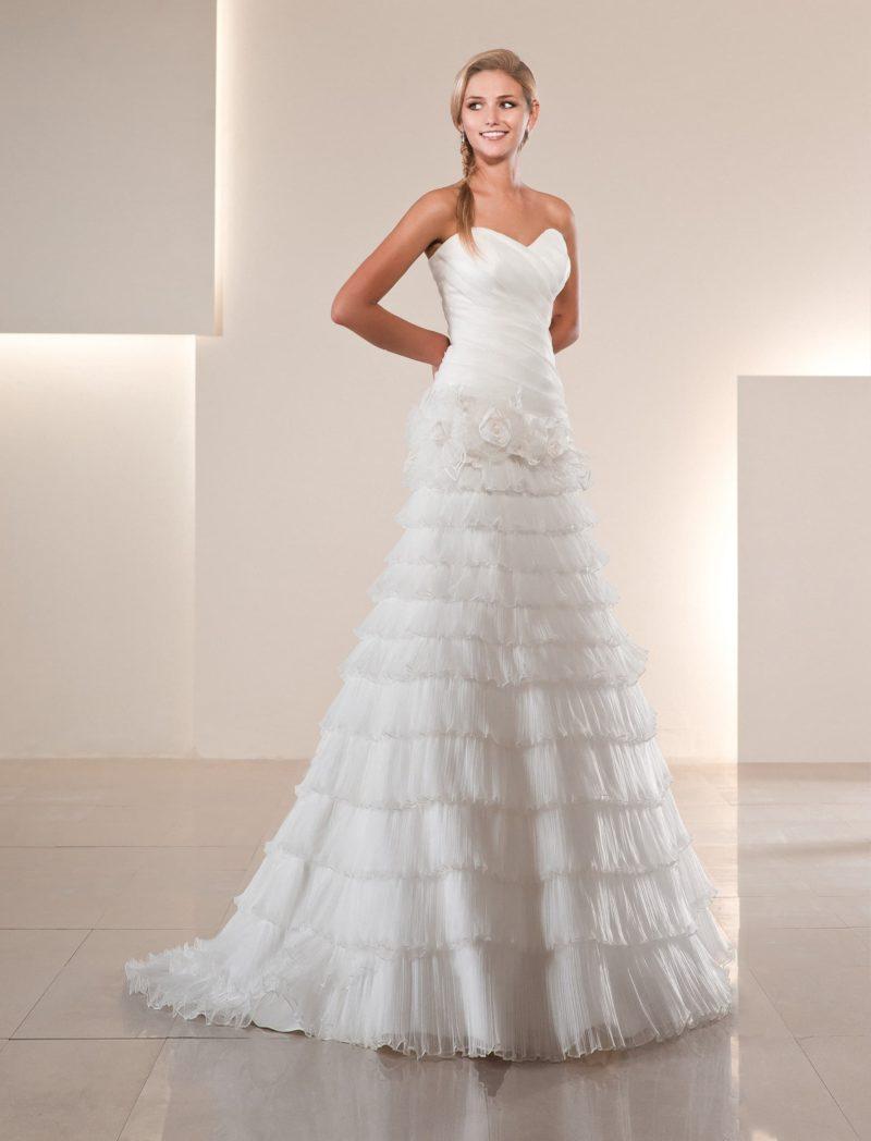 Эксцентричное свадебное платье с женственным лифом и множеством оборок по юбке «трапеция».