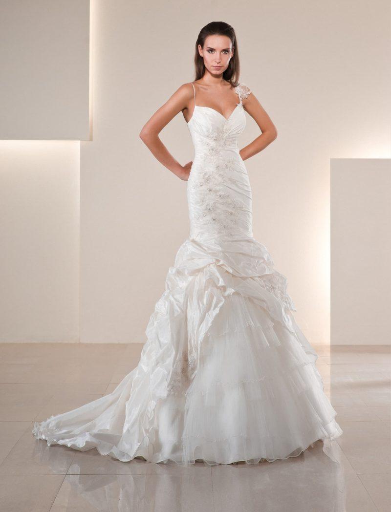 Свадебное платье с отделкой драпировками из фактурной ткани и открытым лифом с тонкими бретелями.