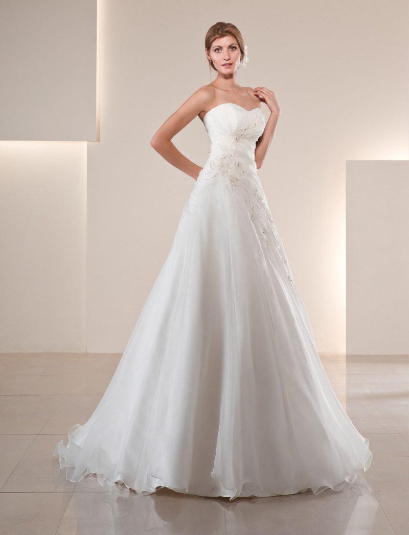 Свадебное платье с женственным лифом в форме сердца с драпировками и вышивкой.