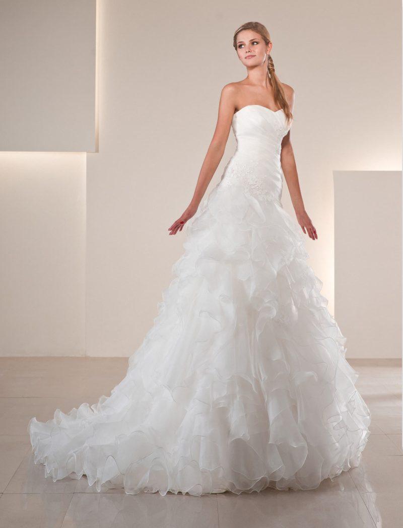 Кокетливое свадебное платье с изящным шлейфом и открытым лифом в форме сердечка.