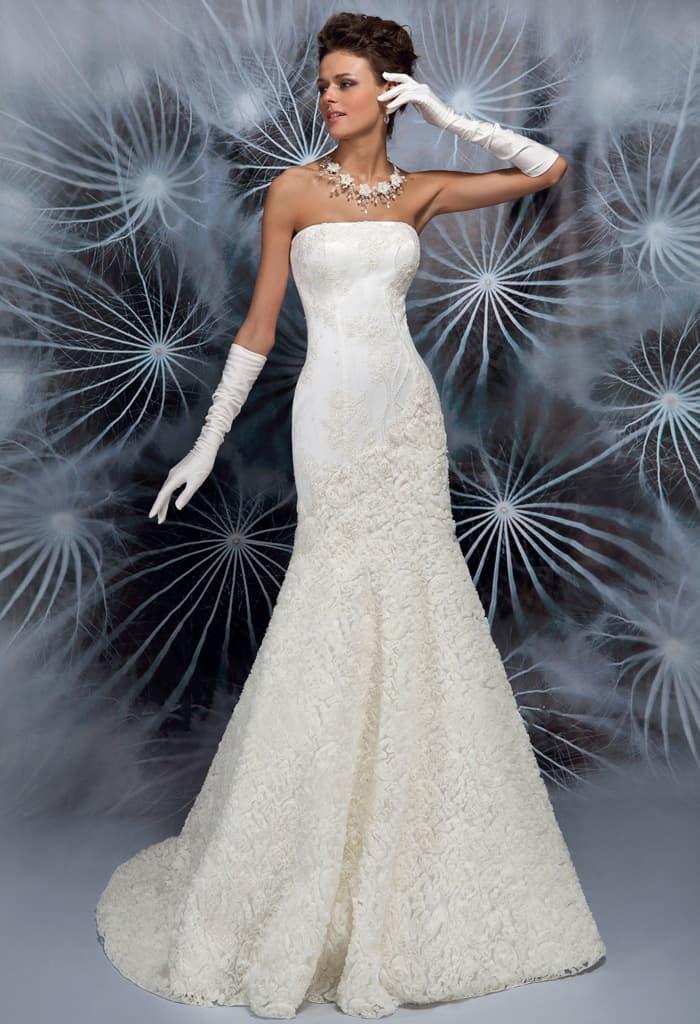 Кружевное свадебное платье облегающего кроя с прямым декольте.