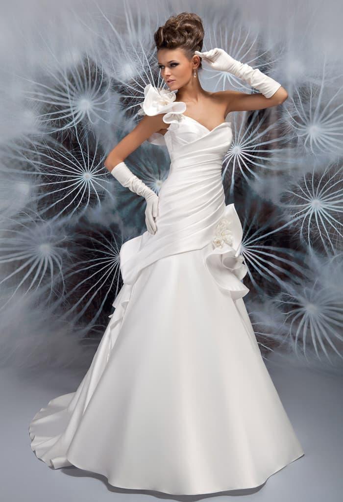 Необычное свадебное платье с асимметричной объемной бретелью и драпировками по юбке.