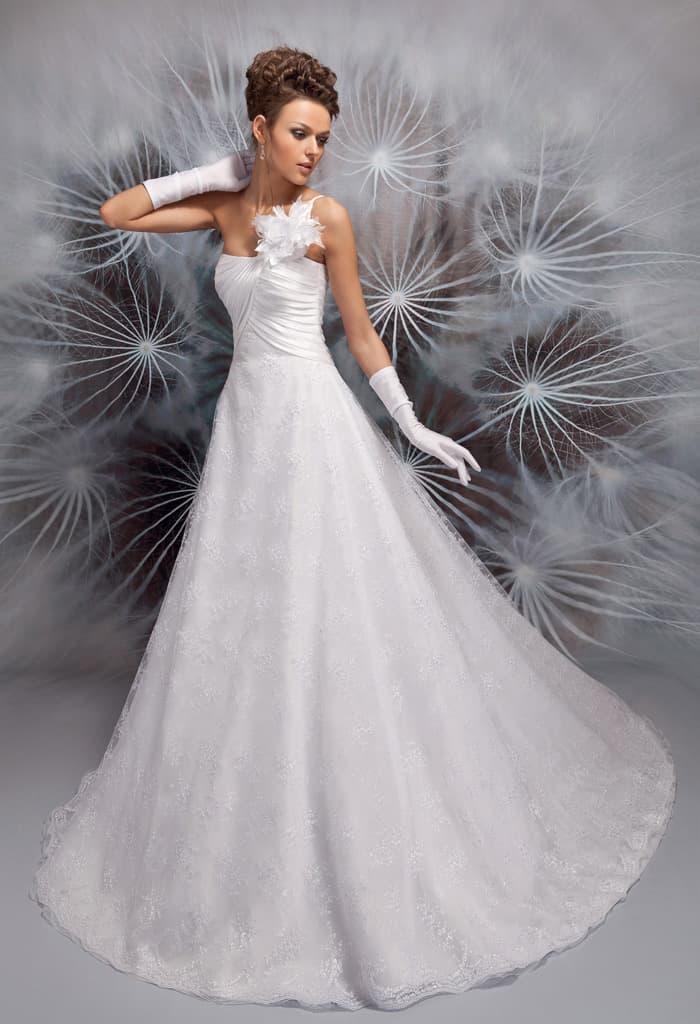 Свадебное платье А-кроя с асимметричным верхом и элегантной юбкой со шлейфом.