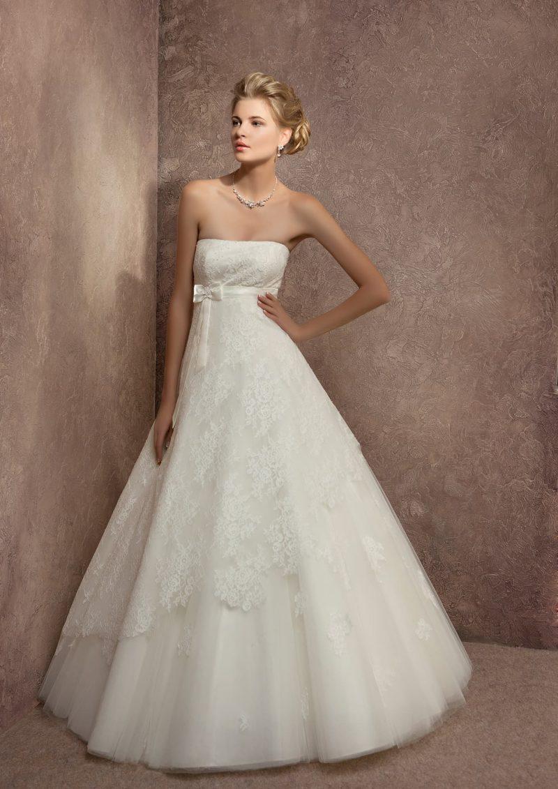 Нежное свадебное платье с прямым открытым лифом и кружевным декором юбки «принцесса».