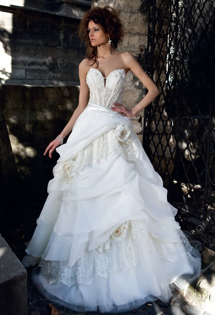 Эксцентричное свадебное платье со сложными оборками по юбке и оригинальным корсетом.