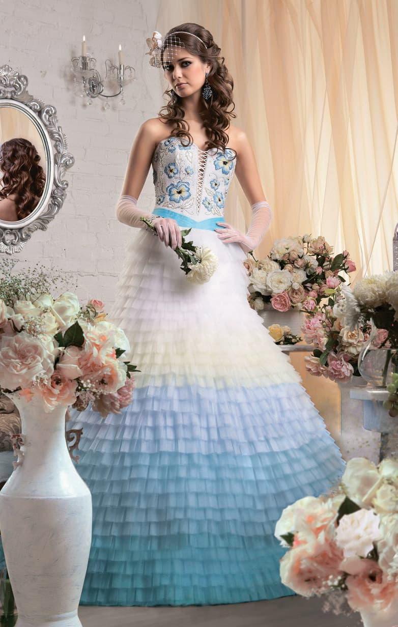Невероятное свадебное платье с цветной вышивкой на открытом корсете и голубыми оборками по подолу.