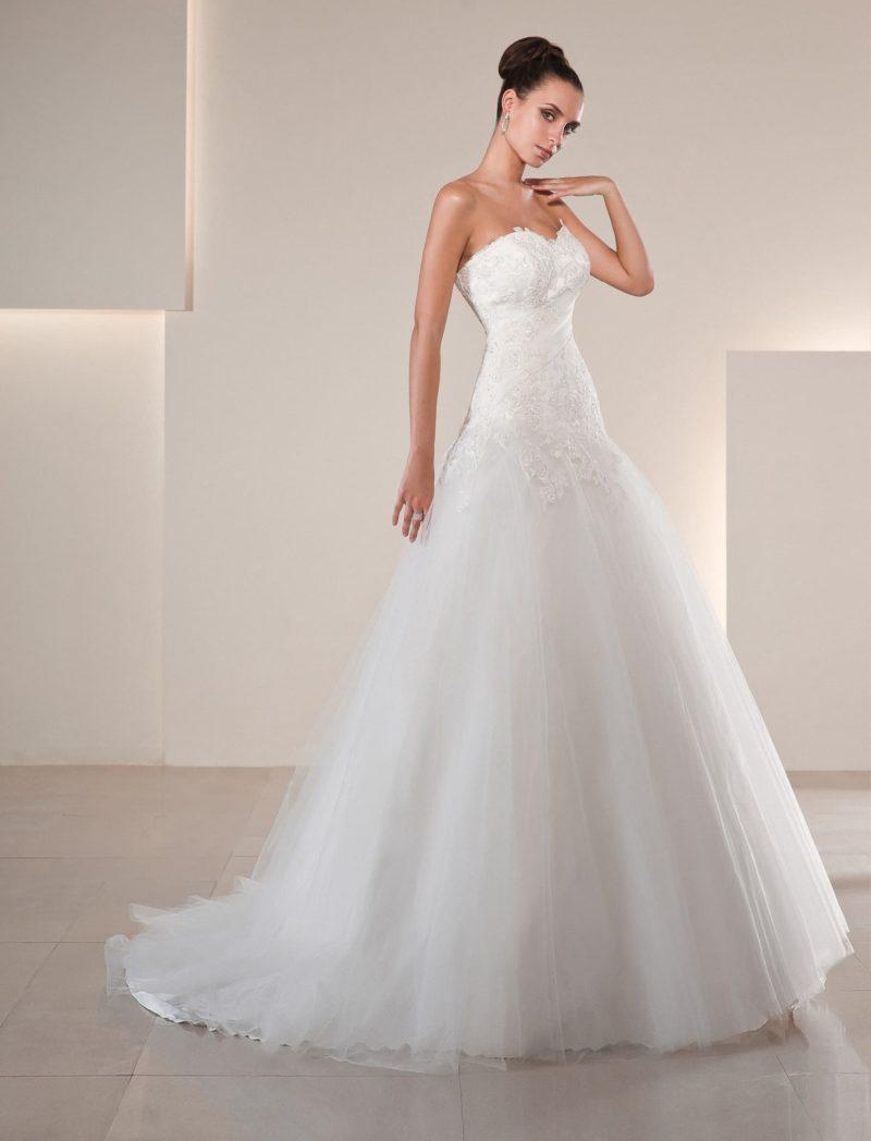 Роскошное свадебное платье с многослойным подолом и кружевной отделкой корсета.