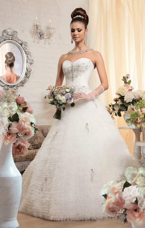 Торжественное свадебное платье с открытым лифом в форме сердца, покрытым вышивкой.