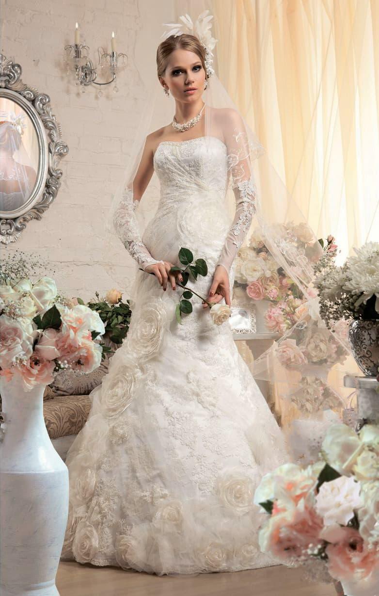 Открытое свадебное платье «рыбка» из фактурной ткани, украшенное бутонами по юбке.