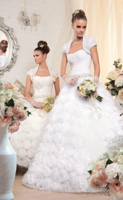 Романтичное свадебное платье с лаконичным открытым корсетом и цветочной отделкой юбки.