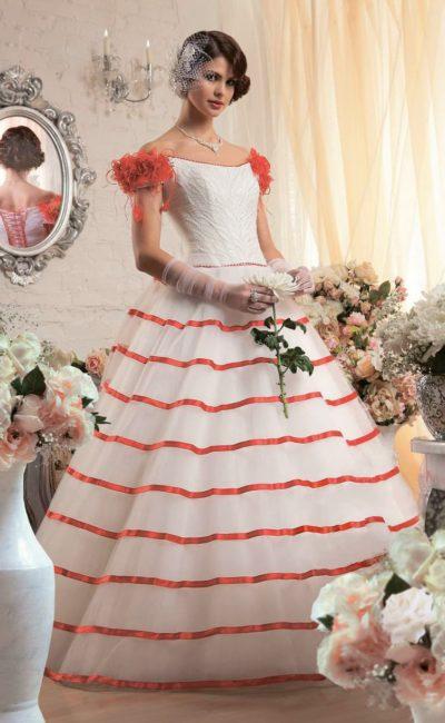 Шикарное свадебное платье с алой отделкой на бретелях на предплечьях и по пышному подолу.