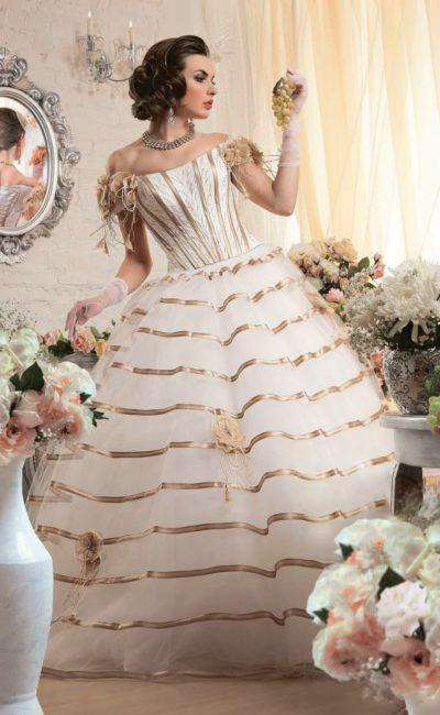 Великолепное свадебное платье пышного кроя с отделкой из золотистого атласа и открытым верхом.