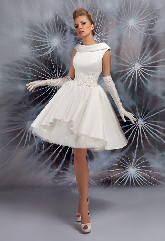 Запоминающееся свадебное платье с пышной юбкой до колена и атласным воротником.