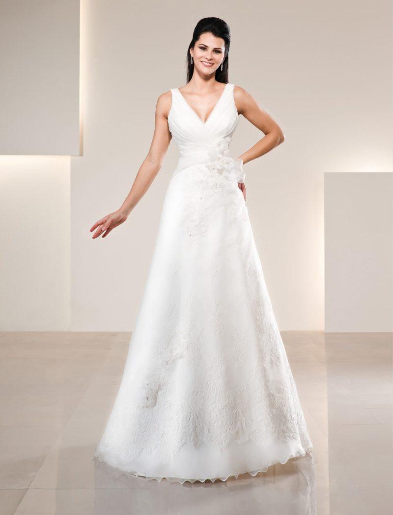 Кружевное свадебное платье с роскошным глубоким декольте с узкими бретельками.