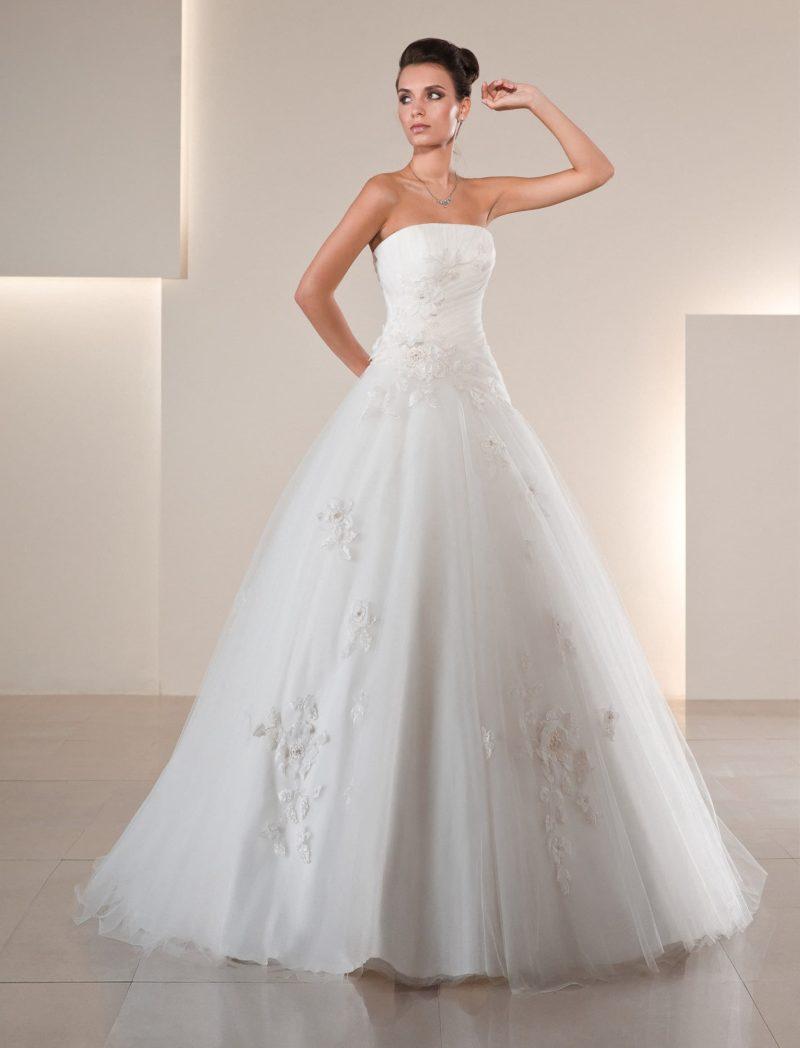 Пышное свадебное платье, по всей длине нежно декорированное аппликациями из мелкого кружева.