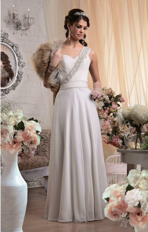 Открытое свадебное платье прямого кроя с асимметричным лифом и волнами по юбке.