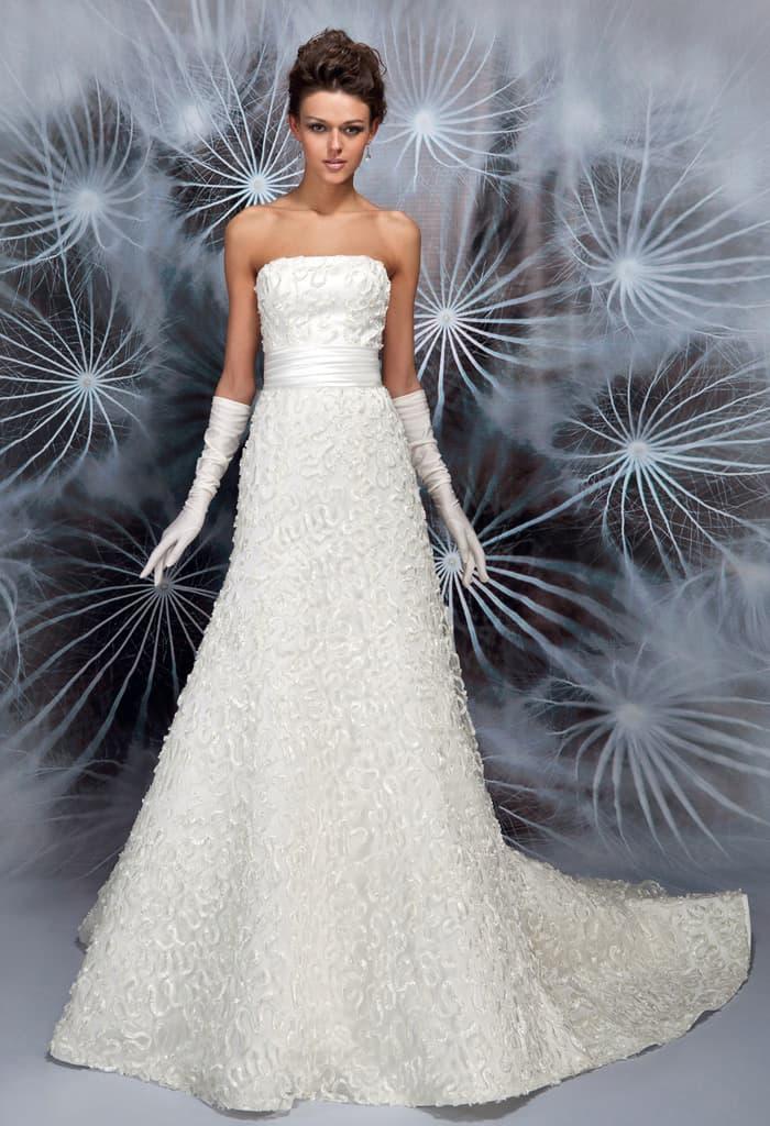 Фактурное свадебное платье «принцесса» с широким атласным поясом.
