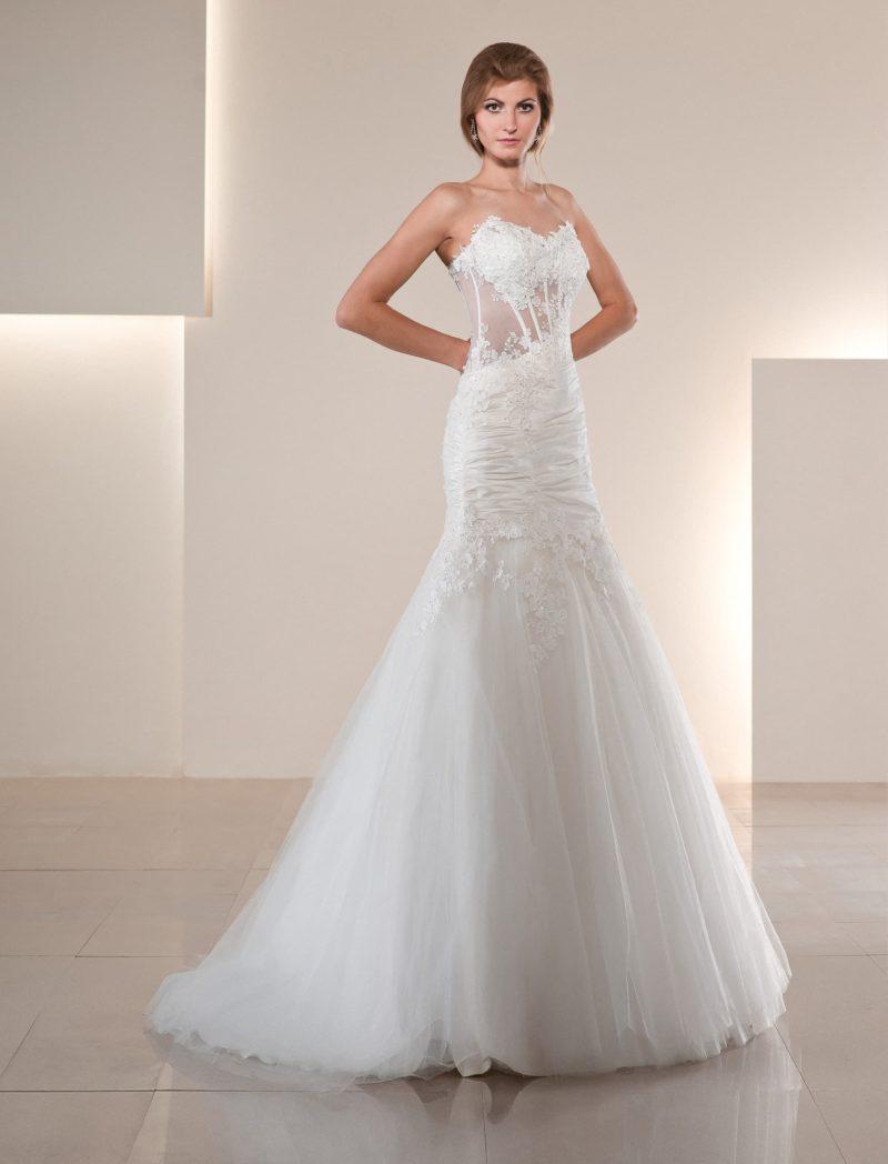 Свадебное платье «принцесса» с открытым корсетом из полупрозрачной ткани.