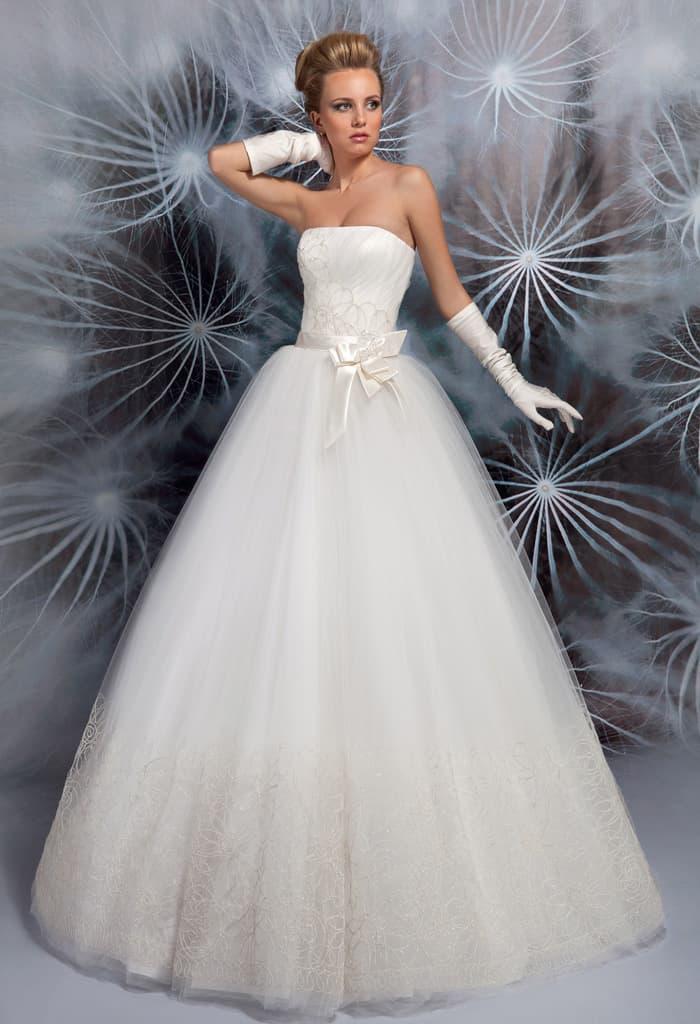 Стильное свадебное платье с лифом прямого кроя и объемным бантом на талии.