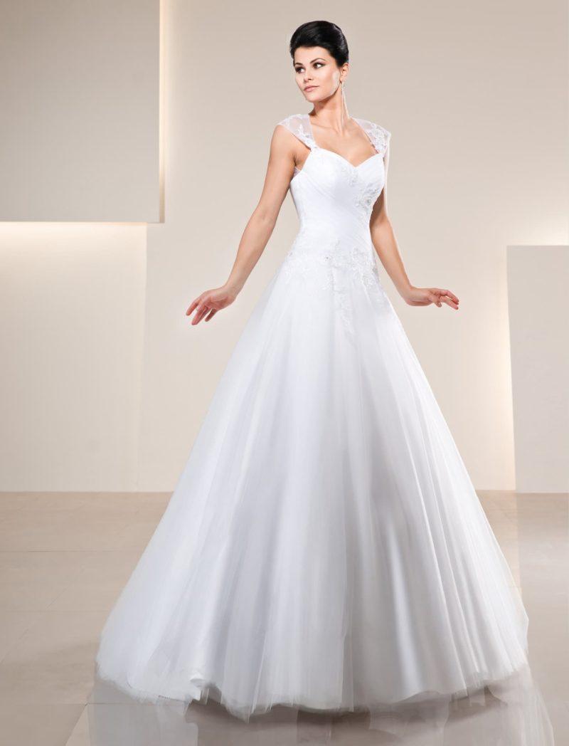 Свадебное платье «принцесса» с широкими кружевными бретельками и лифом-сердечком.