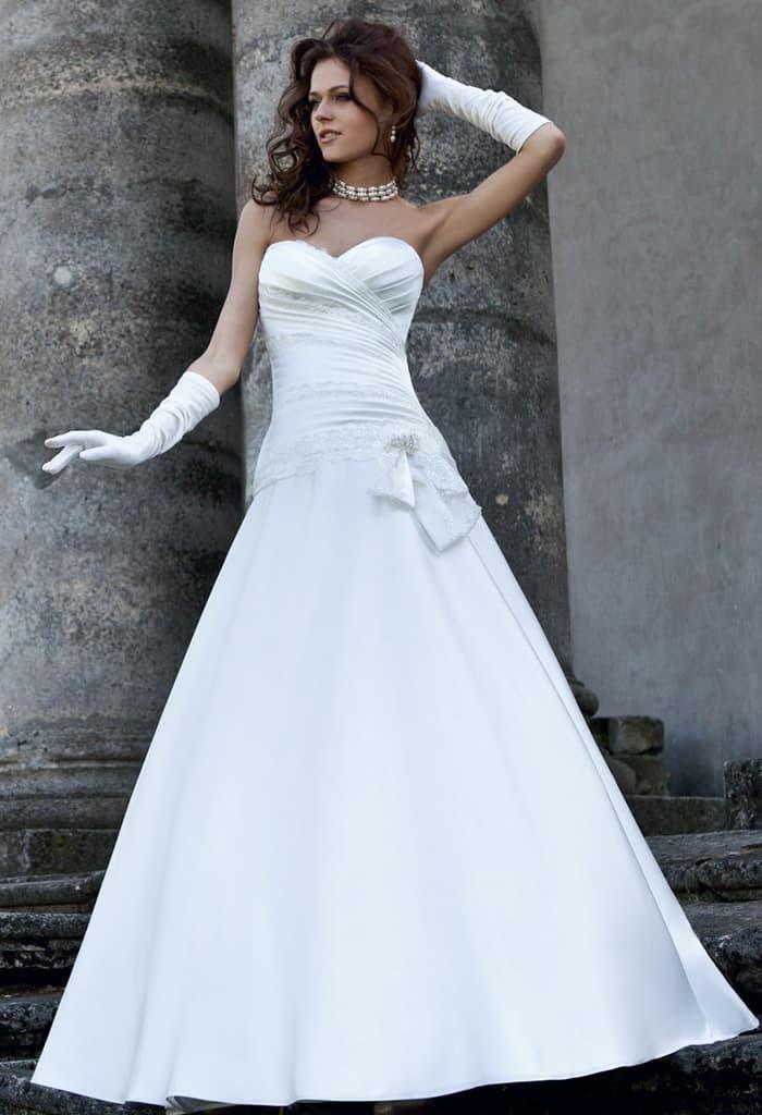 Изысканное свадебное платье «принцесса» с лифом в форме сердца и драпировками.