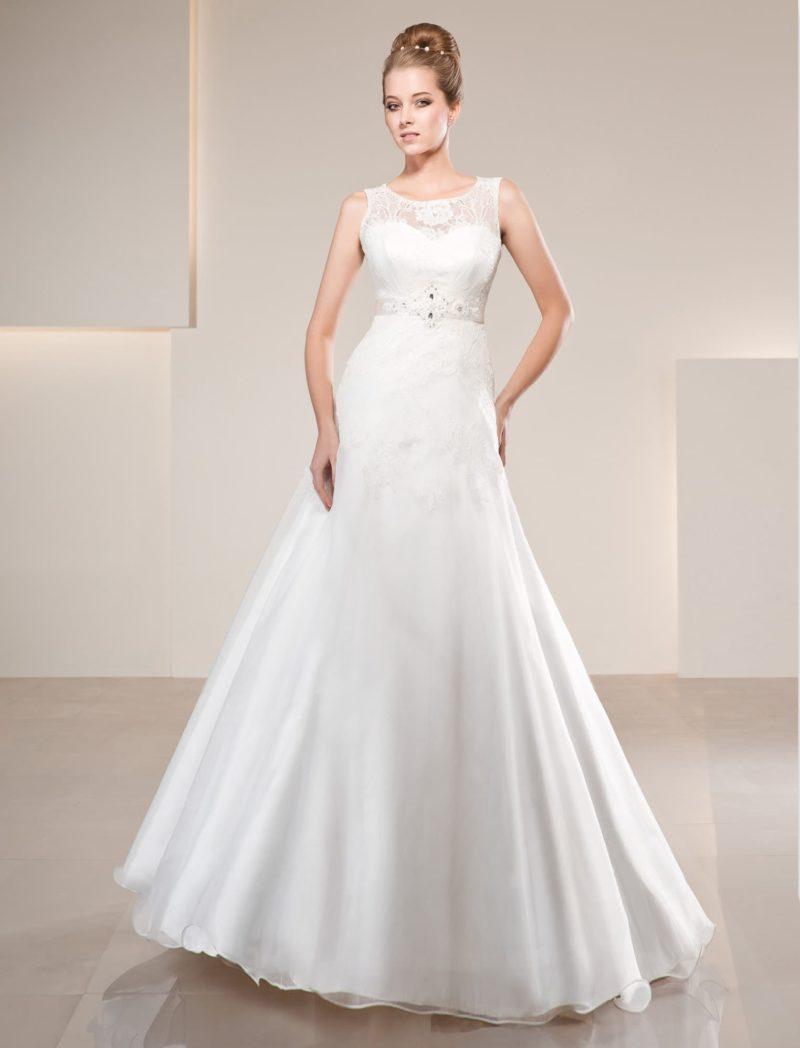 Свадебное платье «принцесса» с округлым вырезом и широкими полупрозрачными бретелями.