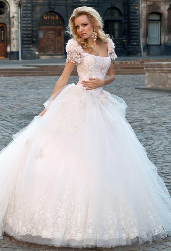 72da766eda20f1 Великолепное свадебное платье с фактурными широкими бретелями и  многослойной юбкой со шлейфом.