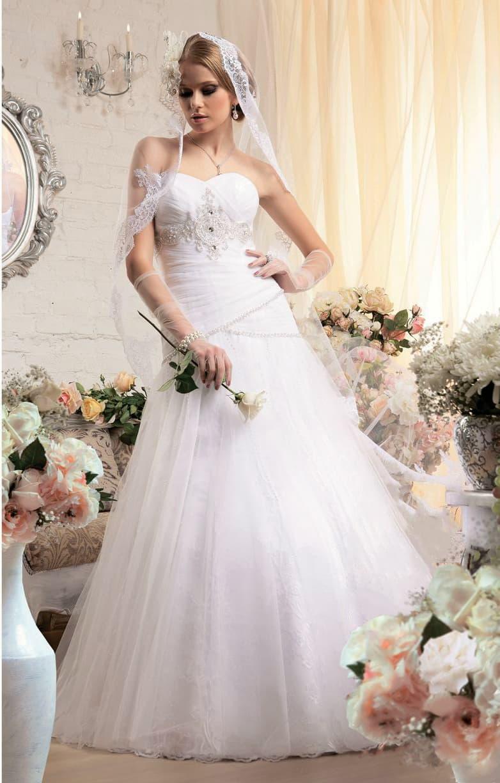 Открытое свадебное платье «принцесса» с заниженной линией талии и вышивкой по корсету.