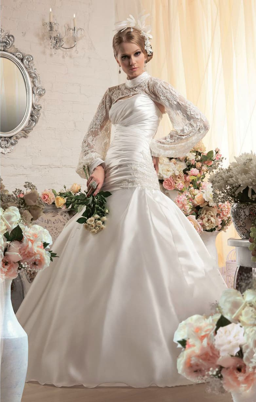 Потрясающее свадебное платье из атласной ткани с длинными кружевными рукавами широкого кроя.