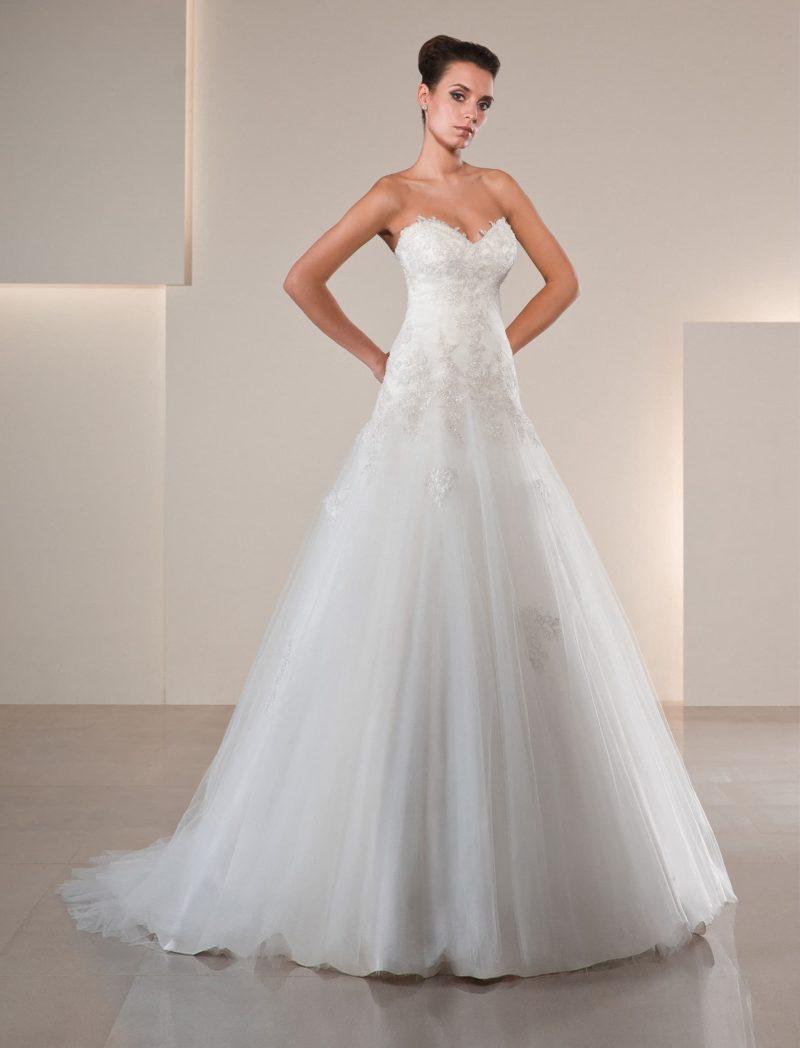 Пышное свадебное платье с фигурным кружевным лифом и аппликациями по корсету.