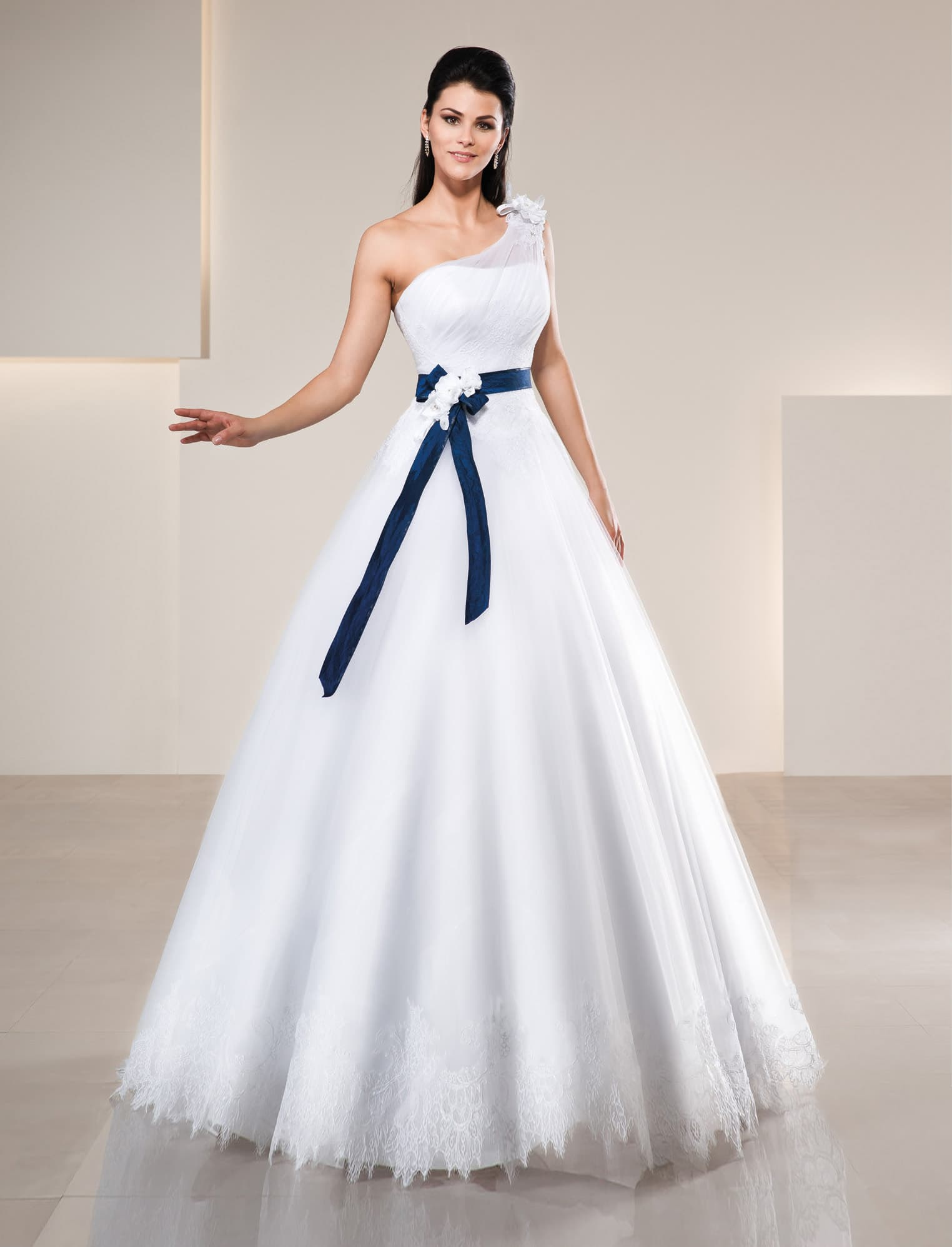 99c06ec47c6 Элегантное свадебное платье с синим атласным поясом на талии и  асимметричным лифом.