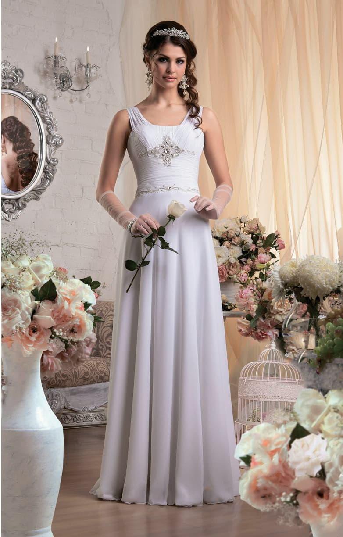 Прямое свадебное платье с элегантными полупрозрачными бретелями и бисерной вышивкой по лифу.