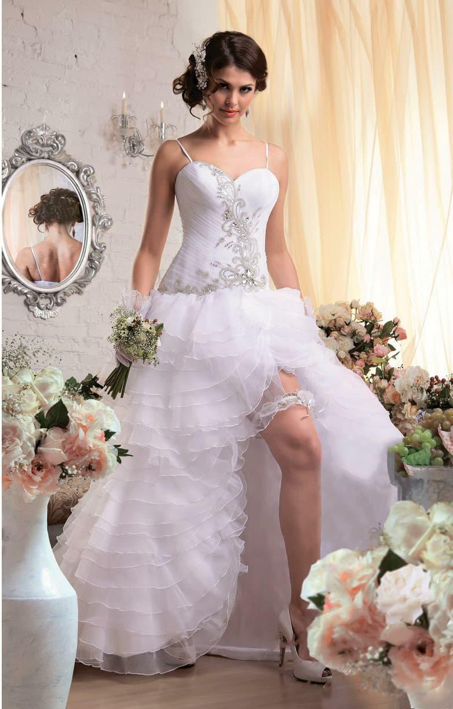 Оригинальное свадебное платье с серебристой вышивкой по корсету и разрезом на пышной юбке.