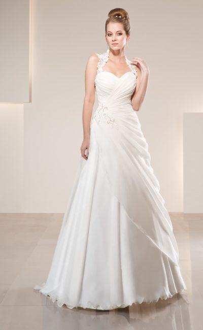 Скромное свадебное платье с лаконичным декором тонкими драпировками по подолу.