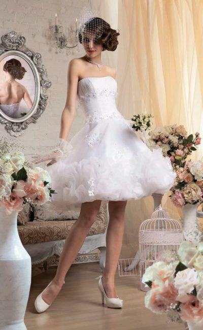 Пышное свадебное платье с юбкой до середины бедра и нежной объемной отделкой.