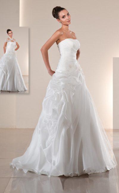 Свадебное платье «трапеция» из роскошной глянцевой ткани, дополненное тонким болеро.