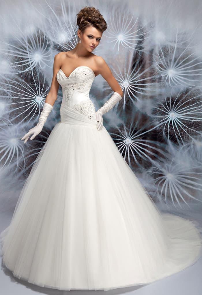Очаровательное свадебное платье «принцесса» с бисерной вышивкой и слегка заниженной талией.