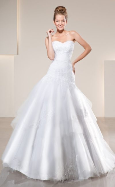 Свадебное платье с многослойной юбкой с декором аппликациями и открытым корсетом.